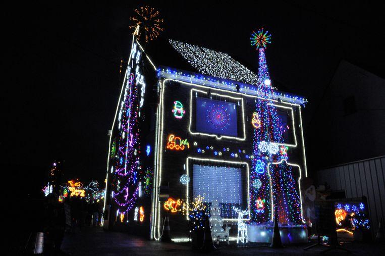 het verlicht kersthuis in de lijsterstraat zelfs de achtertuin werd dit jaar verlicht