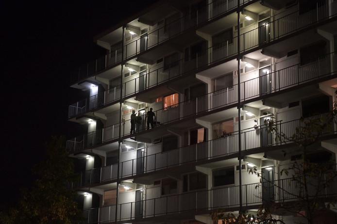 Politie onderzocht de in 2018 de flat van een hoogbejaarde Eindhovense die net was overvallen door twee jonge Helmonders