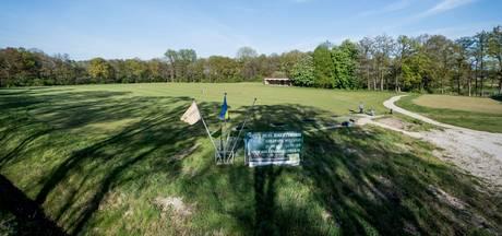 Handjevol mensen bezichtigt golfpark dat geveild wordt in Zenderen