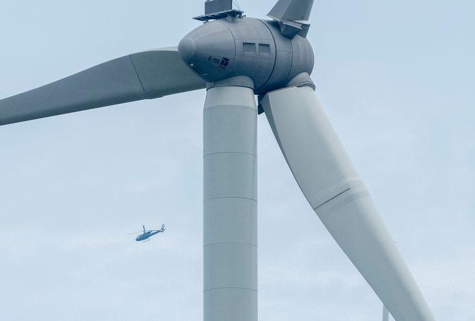 vliegtuigjes vliegen over windmolens, met radar wordt dit gecontroleerd, kraamersluisen, foto dirk-jan gjeltema