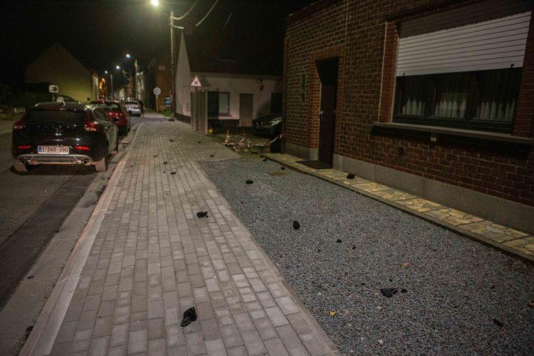 In omliggende straten en op de Fläktsite lagen resten van de brand. Mogelijk gaat het om dakisolatie.