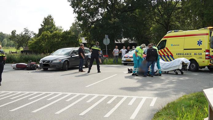 Een motorrijder is zondagmiddag gewond geraakt bij een ongeval op de Achterste Kerkweg bij Lieren.