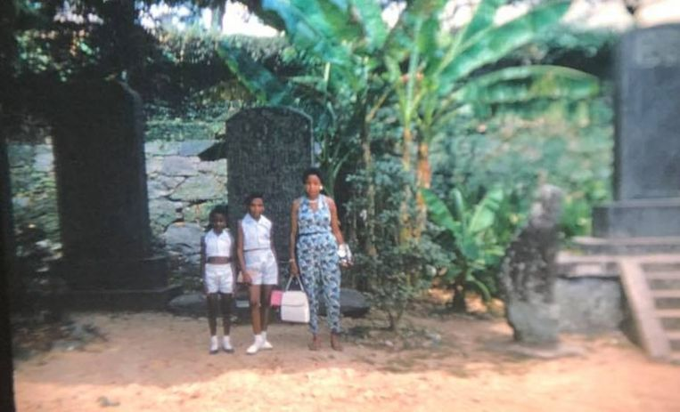 Moeder en dochters op een zo te zien tropische locatie.