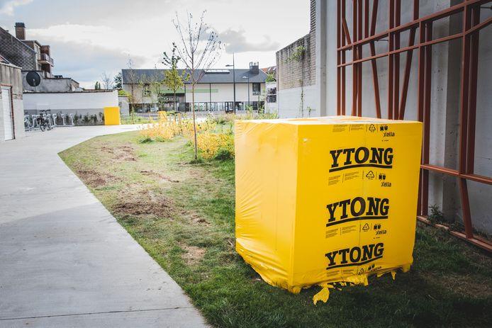 Ytong-stenen staan klaar voor de domino in Ledeberg.