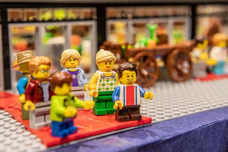 Kinderen Maxim en Michiel, met Rik en zijn vrouw Goedele en grootouders Paul en Myriam, vooraan de maquette.