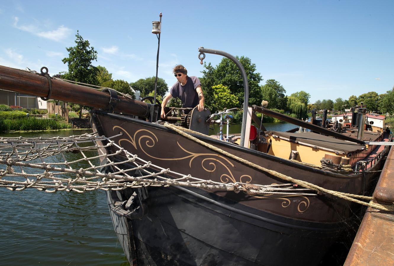 Hans Sol gaat met zijn schip naar een andere plek in Doetinchem.
