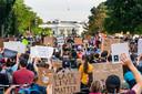 Rond het Witte Huis werd het na het traangasincident juist drukker. Veel aanwezigen zeggen weerwoord te willen bieden aan de agressie.