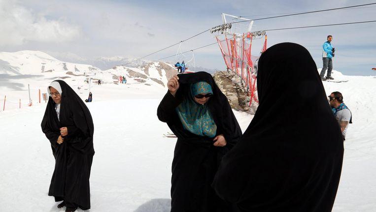 Iraanse vrouwen in het skiresort Tochal, nabij Teheran. Beeld epa