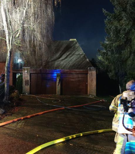 Bewoner ademt rook in tijdens brand in plafond van woning in Amerongen