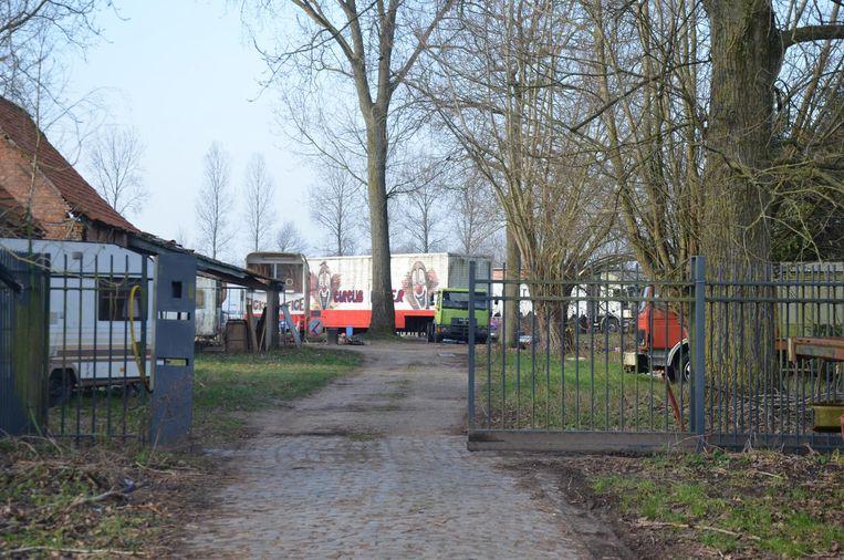 De woonwagens van circus Malter staan opgesteld op landbouwterrein in de Ledestraat in Moerbeke.
