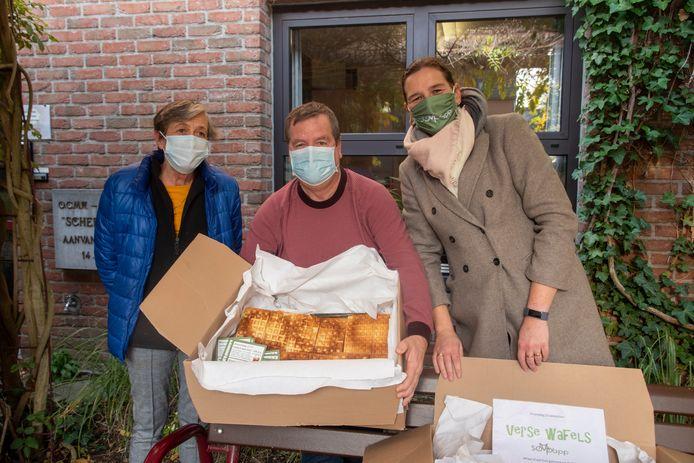Marijke en Nathalie bakten 260 wafels voor bewoners en personeel van Schelderust.