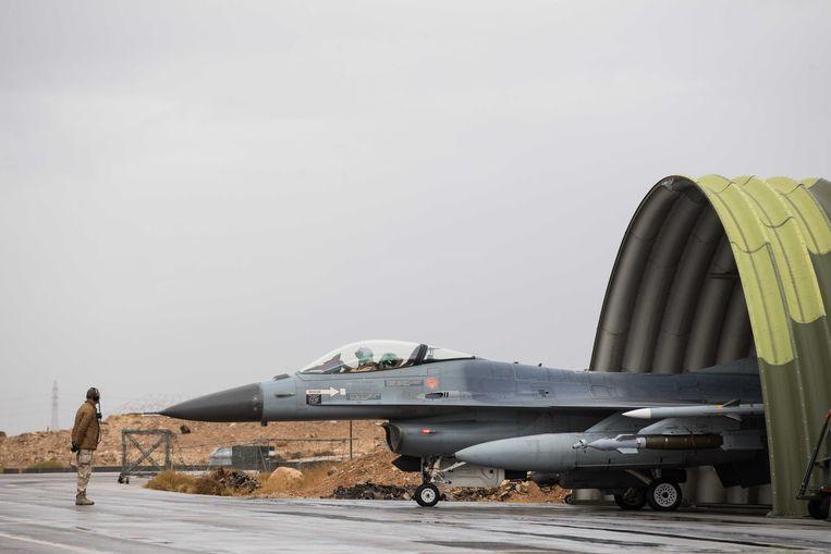 Een Nederlandse F-16, eerder dit jaar op het Nederlandse detachement in Jordanië, voor vertrek van de eerste vlucht boven Irak en Oost-Syrië, voor de internationale coalitie tegen Islamitische Staat. Deze missie loopt eind deze maand af. Beeld ANP Handouts