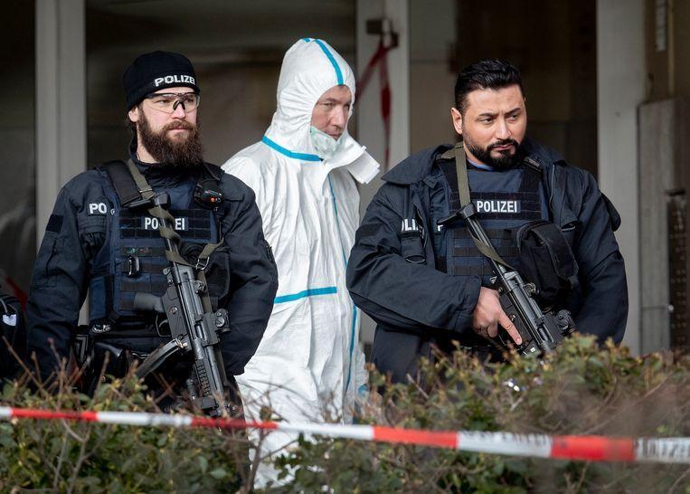 Duitse politie-agenten bij de ingang van de bar in Hanau waar de schietpartij plaatsvond. Beeld AP