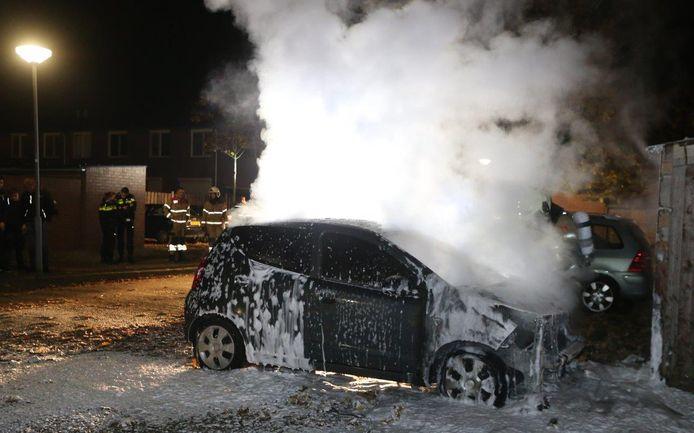 Auto in vlammen op aan de Heng Meng in Den Bosch