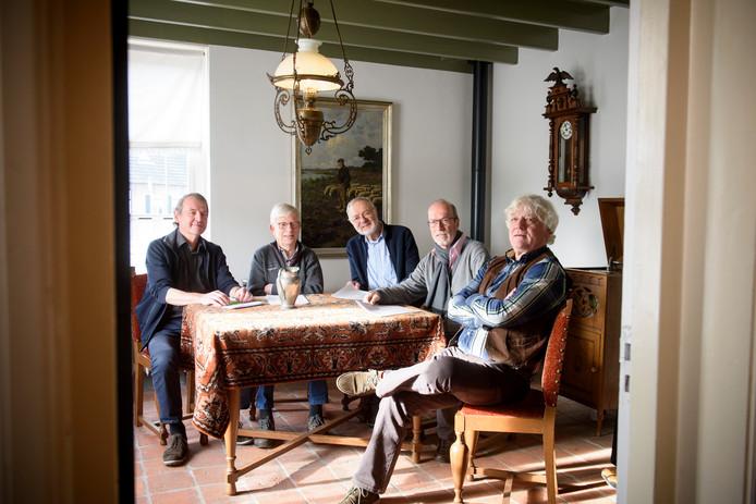 De leden van de jubileumcommissie, bijeen in de 'goei kammer' van het museum. Van links naar rechts: Wiek Mattheijssen, Hendrik van der Aalst, Harrie Grielen, Henk van de Klundert en Gerard de Greef.
