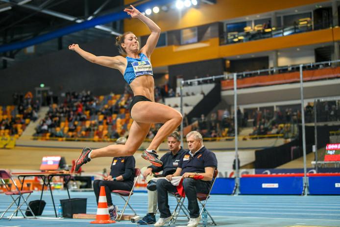 Emma Oosterwegel in actie op NK indoor in Apeldoorn.