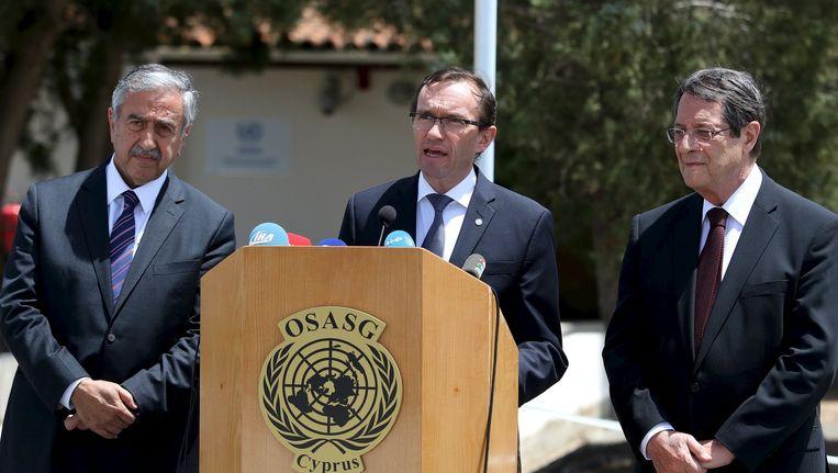 VN-vertegenwoordiger Espen Barth Eide (midden) en de leiders van Turks en Grieks Cyprus, Mustafa Akinci (links) en Nikos Anastasiades rechts).