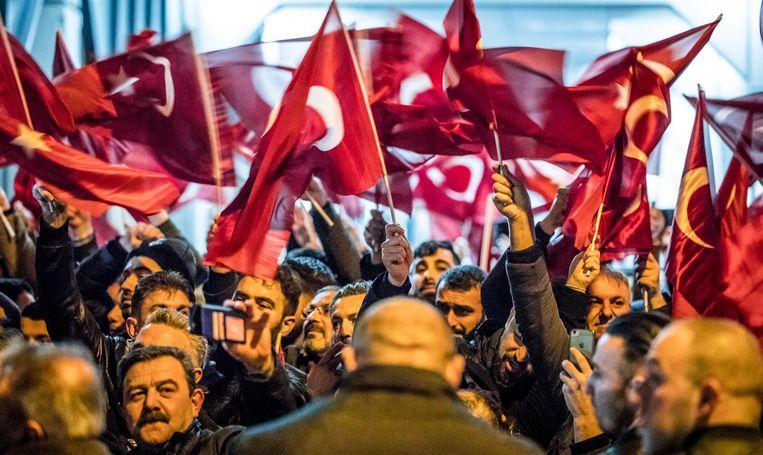 Demonstranten met Turkse vlaggen voor het consulaat in Rotterdam. Beeld Freek van den Bergh