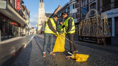 Moslims ruimen afval van oudejaar op