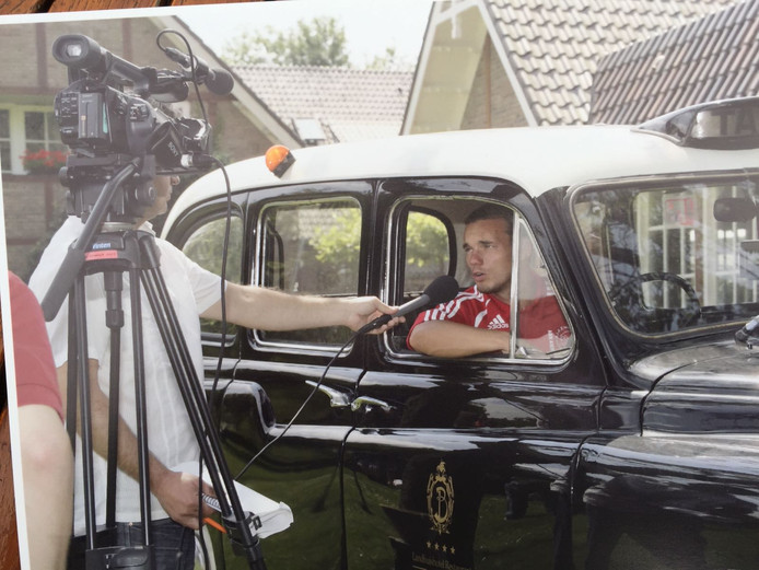 Sneijder staat de media te woord vanuit de Bloemenbeek-taxi