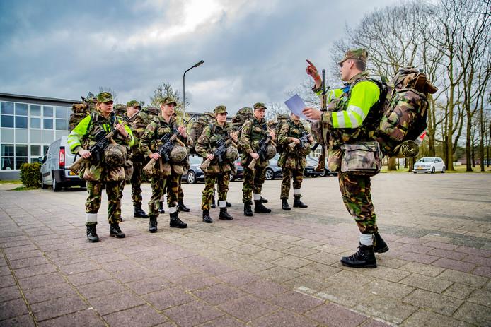 Een oefening van militairen op de kazerne in Ermelo waar onlangs onderzoek is gedaan naar hitteletsel.