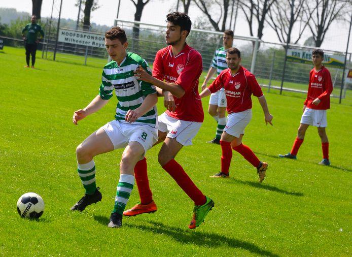 Het eerste elftal van HSE (rode shirts) in april 2018 in actie uit tegen Milheezer Boys.