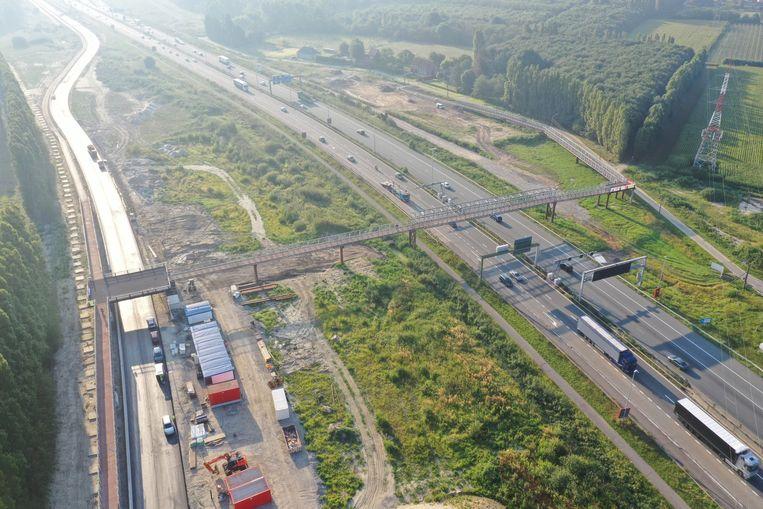 De verkeerswisselaar Waaslandhaven-Oost op de E34 wordt momenteel heraangelegd en werd intussen ook al uitgerust met een tijdelijke fietsbrug.