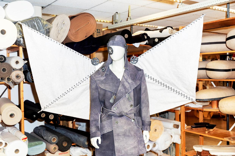 Bovenkant van het kostuum voor personage Gabriele D'Annunzio in de opera Ritratto met vleugels en pilotenhelm. Beeld Marie Wanders