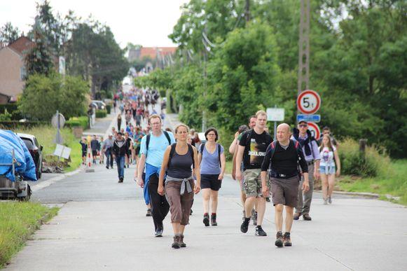 Ze zijn met duizenden, de wandelaars die de Fiertelommegang uitstappen.