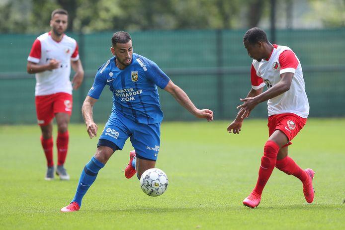 Oussama Tannane (links) van Vitesse in duel met Niciano Grootfaam van Jong FC Utrecht.