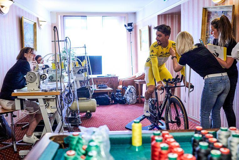 De tijdritoutfit van Alaphilippe moet tot in de puntjes kloppen. Met succes, want tot ieders verbazing reed hij in Pau iedereen in de vernieling in de Tour-etappe tegen de chrono.