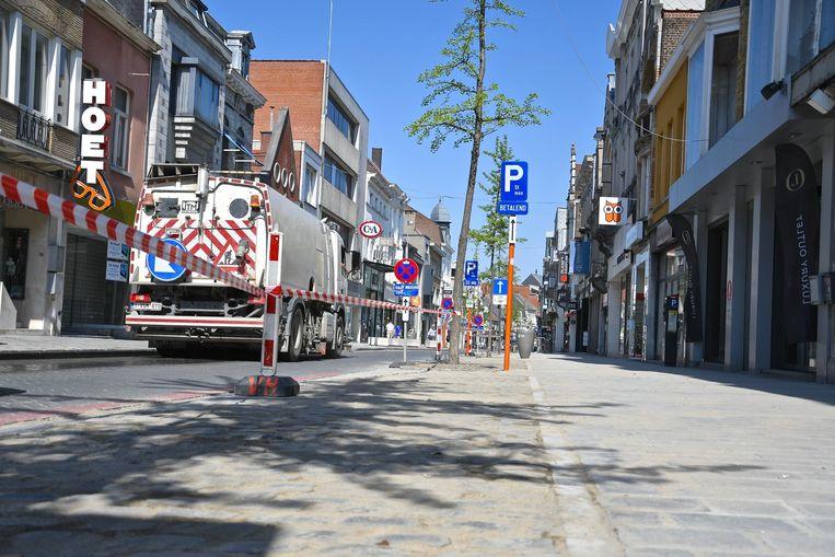 Weinig passage in de Ooststraat door de coronamaatregelen, dus perfect om nu de voetpaden en parkeervakken te herstellen.
