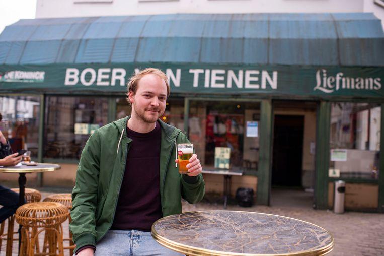 Onze man zat zestien uur lang op café maandag en dronk om 9.01 uur zijn eerste pintje.
