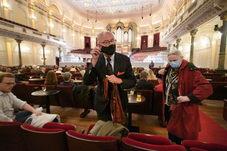 Bezoekers van het concertgebouw dragen een mondkapje, sinds 1 oktober is dat voor concertgangers verplicht.   Beeld EPA