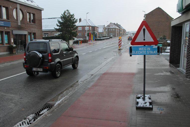 Borden als dit verwacht je niet langs een steenweg die recent nog voor een bedrag van 4 miljoen euro heraangelegd werd.