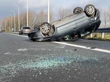 Wagen belandt op zijn dak langs E40 in Brugge