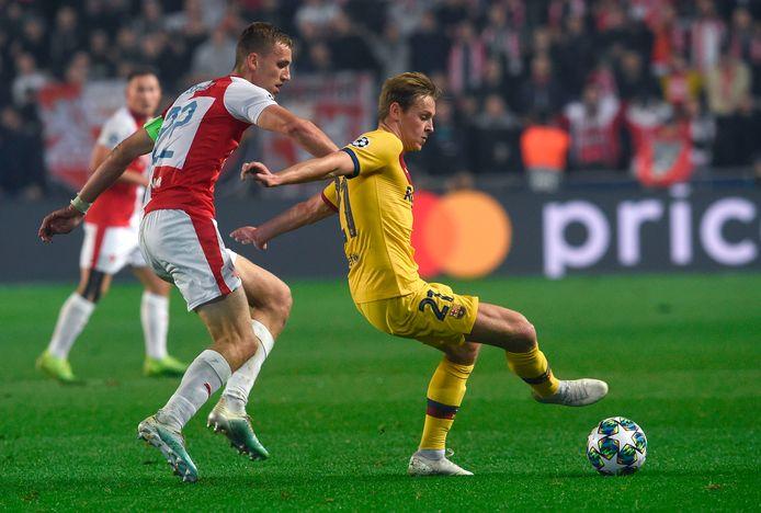 Tomas Soucek in duel met Frenkie de Jong in de Champions League.