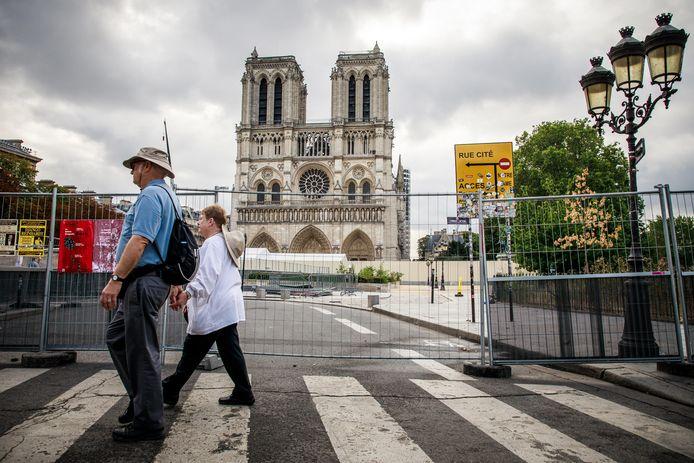 Toeristen wandelen langs de Notre-Dame.