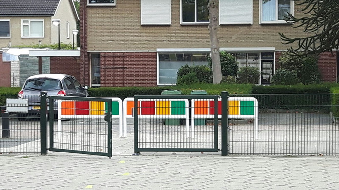 Hekjes blokkeren de toegang tot speelplein van 't Startblok.