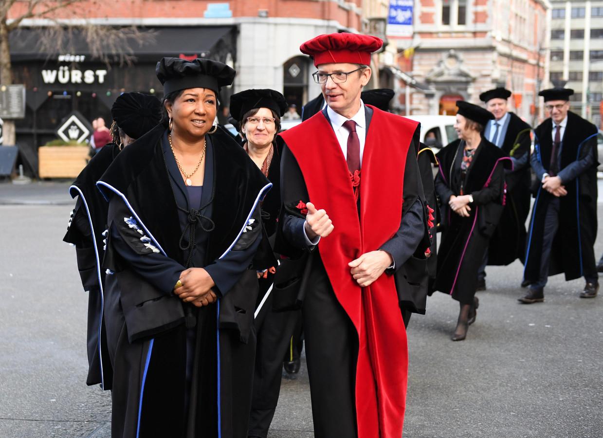 Naar aanleiding van haar Patroonsfeest bekroont KU Leuven jaarlijks personen met bijzondere verdiensten. Hier rector Luc Sels met Mae Jemiso, eerste afro-Amerikaanse vrouw in de ruimte.