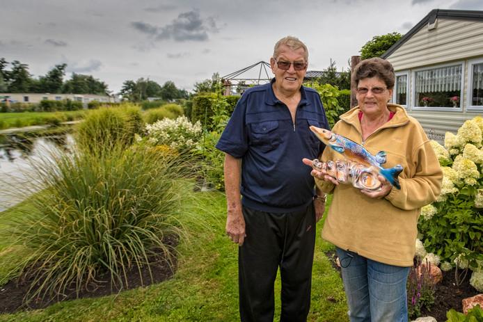 Olga , van oorsprong Haagse is gek van vissen. Met trots haalt zij een keramieke snoek uit de caravan. Haar man Jan - oud loodzetter bij de Sijthoffpers houdt meer van tuinieren.