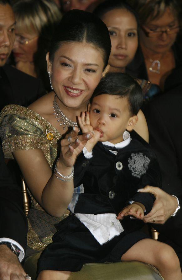 Vajiralongkorns derde echtgenote Srirasmi en hun zoon Dipangkorn verschillende jaren geleden. Hij is intussen 14.