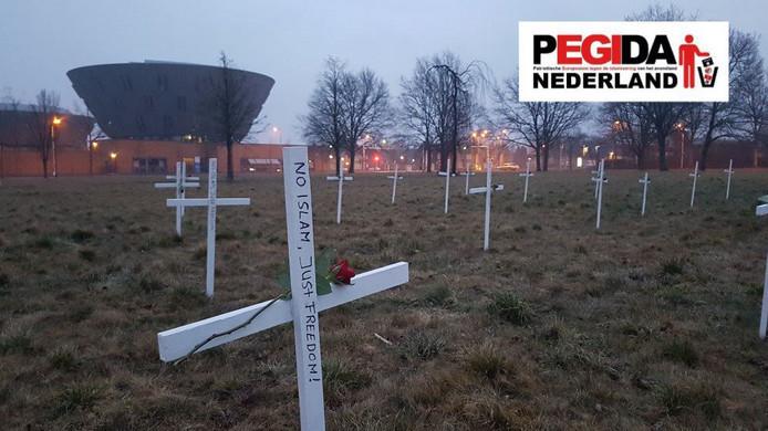 Op de plek waar de nieuwe moskee moet komen, heeft Pegida kruizen geplaatst. De kruizen zijn verwijderd.