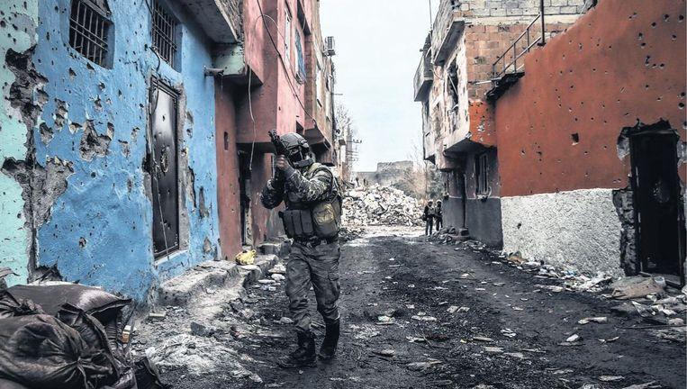 Een Turkse soldaat patrouilleert in de straten van Diyarbakir, een Koerdische stad in het zuidoosten van Turkije. Beeld getty