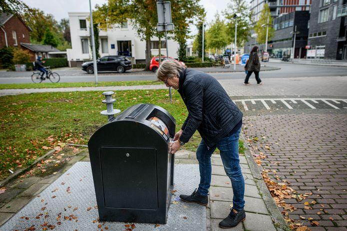 Roel Jaarsma van LokaalHengelo laat zien hoe de afvaltruc werkt.