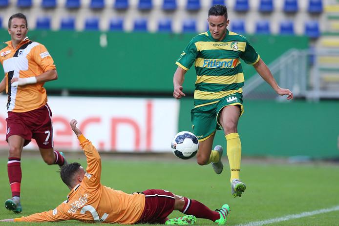 Aziz Khalouta ontwijkt als speler van Fortuna Sittard een tackle van Achillis'29-speler Mischa Boelens. Links Boy van de Beek.