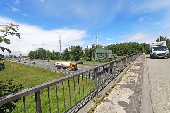 De brug over de E40 wordt in de toekomst afgesloten voor doorgaand verkeer. De oppositie is fel gekant tegen die maatregel.