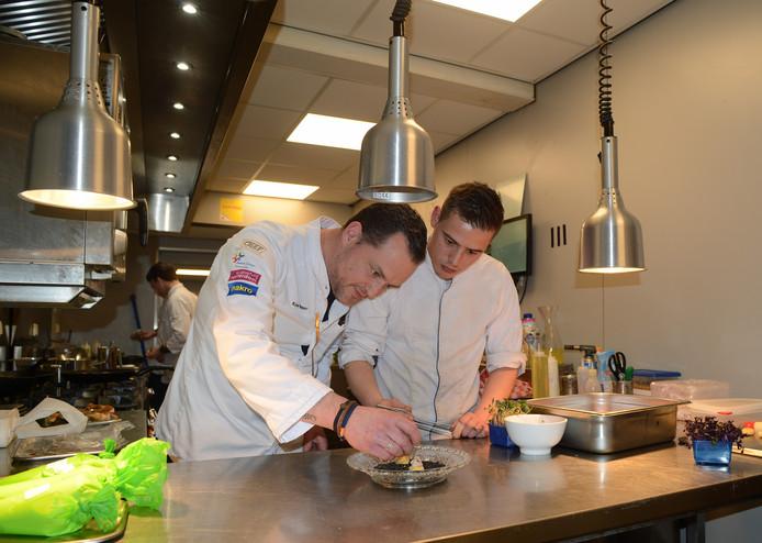 Chef Kees Visser en zijn secondant  Martin Weijermans dresseren een gerecht.
