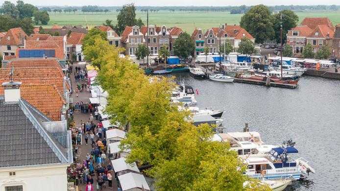 Het fraaie decor voor de jaarmarkt in Blokzijl, straten met eeuwenoude panden en bootjes in de havenkolk.