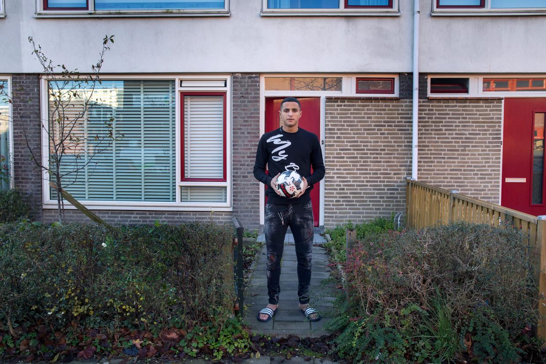 PSV-talent Mohamed Ihattaren voor het huis van zijn moeder in de Utrechtse wijk Kanaleneiland.